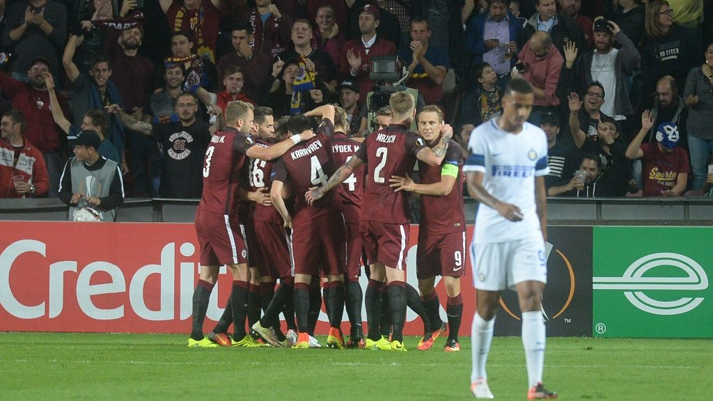 Players of AC Sparta Praha celebrate after scoring during the UEFA Europa League first-leg football match between AC Sparta Prague and FC Internazionale Milano in Prague, Czech Republic on September 29, 2016. / AFP PHOTO / Michal Cizek