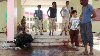 Yemenis look at a blood stained floor at an army recruitment centre following a suicide car bombing claimed by the Islamic State group on August 29, 2016 in the southern Yemeni city of Aden.Yemeni security officials told AFP that the attacker drove an explosives-laden vehicle into a gathering of army recruits at a school in northern Aden, killing at least 60. / AFP PHOTO / SALEH AL-OBEIDI
