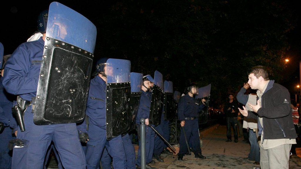 Budapest, 2006. szeptember 19. A rendõri erõk megkezdik a Szabadság tér megtisztítását, miután tüntetõk megrohamozták a Magyar Televízió épületét. MTI Fotó: Füzesi Ferenc