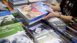 Salgótarján, 2016. augusztus 1.Az új tankönyveket rendezik a Salgótarjáni Központi Általános Iskola és Diákotthon Kodály Zoltán Tagiskolájában 2016. augusztus 1-jén. Ezen a napon megkezdődött a tankönyvek kiszállítása az iskolákba, amelyek a 2016-17-es tanévre 12 millió 800 ezer tankönyvet rendeltek, 5 százalékkal többet, mint tavaly. A 400 ezer ingyenes tanári tankönyvvel együtt az idén 13,2 millió tankönyv készül.MTI Fotó: Komka Péter