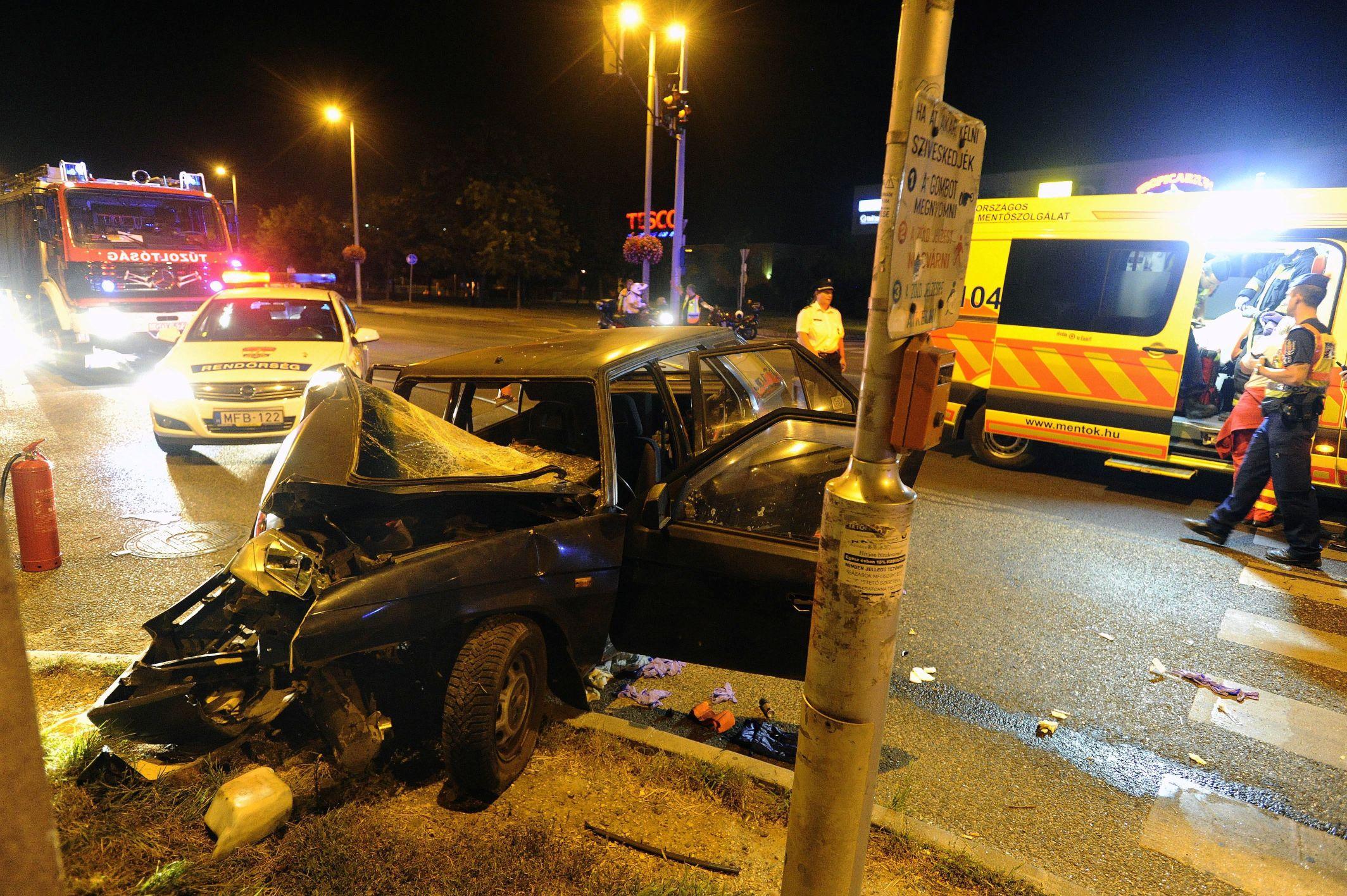 Budapest, 2016. szeptember 4. Összetört személygépkocsi, miután villanyoszlopnak ütközött Budapesten, a XXII. kerület Nagytétényi úton 2016. szeptember 3-án. A balesetben a jármû vezetõje súlyosan megsérült. MTI Fotó: Mihádák Zoltán