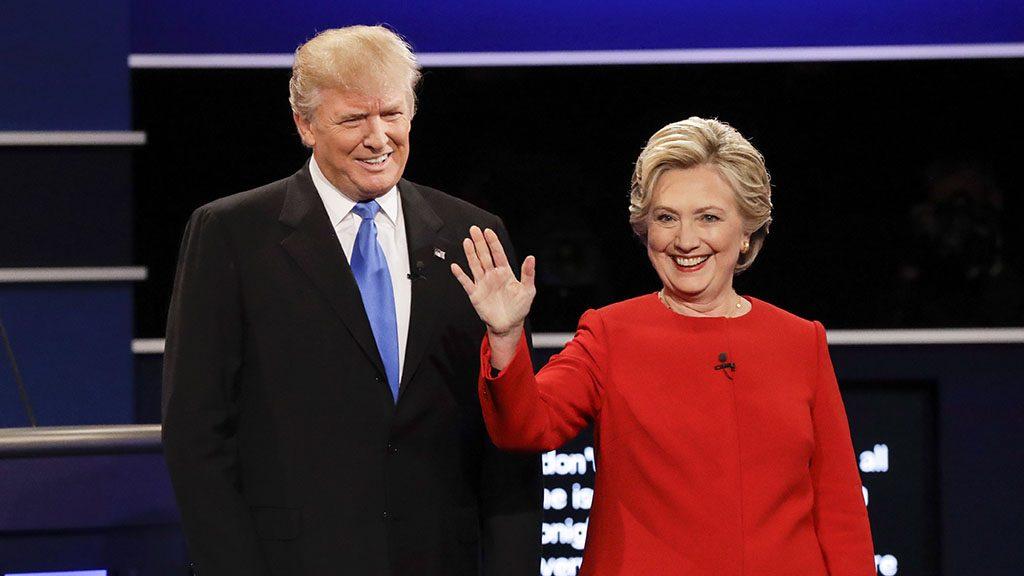 Hempstead, 2016. szeptember 27.Donald Trump republikánus párti (b) és Hillary Clinton demokrata párti elnökjelölt az első televíziós vitájukon a Hofstra Egyetemen, a New York állambeli Hempsteadben 2016. szeptember 26-án. Az elnökválasztást november 8-án tartják az Egyesült Államokban. (MTI/AP/David Goldman)