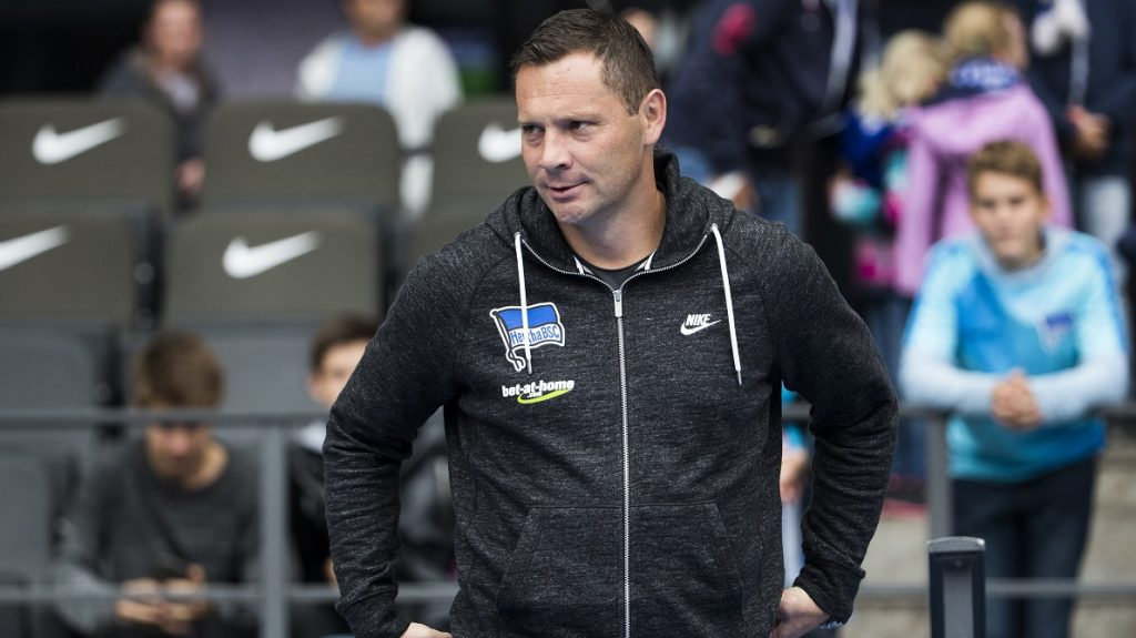 Hertha Berlin's Hungarian head coach Pal Dardai watches the warm up prior to the German first division Bundesliga football match between Hertha Berlin and Hamburg SV at the Olympic stadium in Berlin on October 1, 2016. / AFP PHOTO / Odd ANDERSEN / RESTRICTIONS: DURING MATCH TIME: DFL RULES TO LIMIT THE ONLINE USAGE TO 15 PICTURES PER MATCH AND FORBID IMAGE SEQUENCES TO SIMULATE VIDEO. == RESTRICTED TO EDITORIAL USE == FOR FURTHER QUERIES PLEASE CONTACT DFL DIRECTLY AT + 49 69 650050