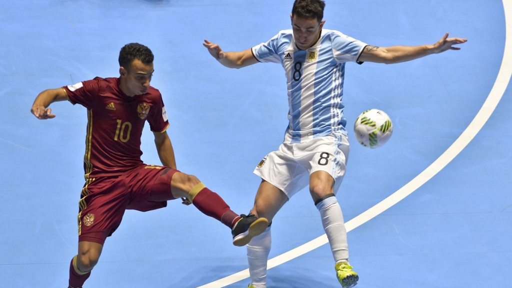 Russia's Robinho (L) vies for the ball with Argentina's Santiago Basile during their Colombia 2016 FIFA Futsal World Cup final match at the Coliseo El Pueblo stadium, in Cali, Colombia on October 1, 2016. / AFP PHOTO / LUIS ROBAYO