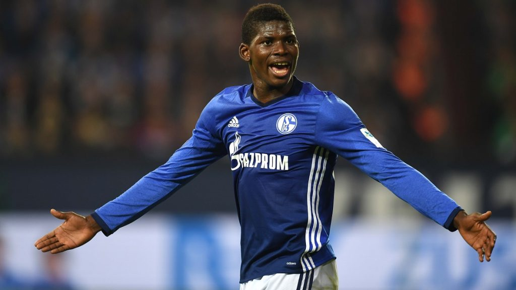 Schalke's Swiss midfielder Breel Embolo reacts during the German first division Bundesliga football match between FC Schalke 04 and Borussia Moenchengladbach at the Veltins Arena in Gelsenkirchen, western Germany, on October 2, 2016. / AFP PHOTO / PATRIK STOLLARZ / RESTRICTIONS: DURING MATCH TIME: DFL RULES TO LIMIT THE ONLINE USAGE TO 15 PICTURES PER MATCH AND FORBID IMAGE SEQUENCES TO SIMULATE VIDEO. == RESTRICTED TO EDITORIAL USE == FOR FURTHER QUERIES PLEASE CONTACT DFL DIRECTLY AT + 49 69 650050