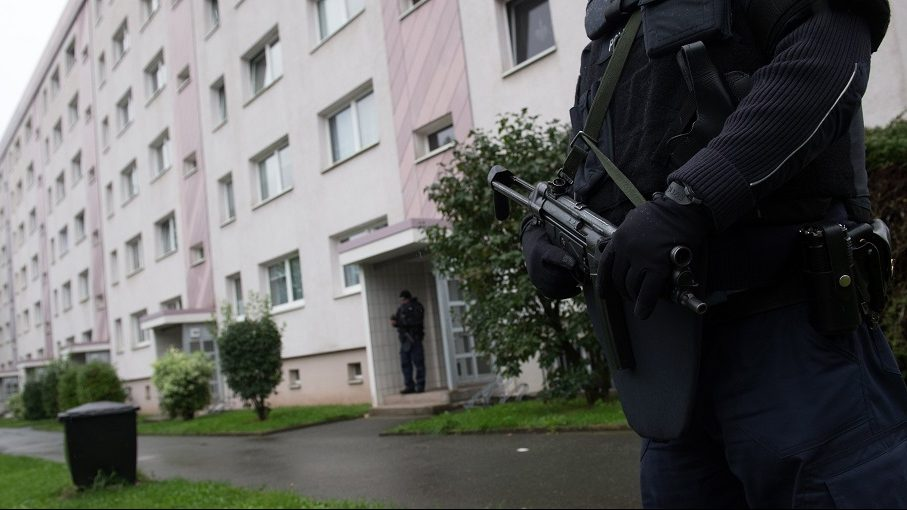 Policemen secure a residential area in the town of Chemnitz, eastern Germany on October 8, 2016.  Police in the German state of Saxony said on October 8, 2016 afternooon that a 22-year-old Syrian was the target of a manhunt launched earlier, the day after a bomb plot was uncovered in the town of Chemnitz. / AFP PHOTO / dpa / Arno Burgi / Germany OUT