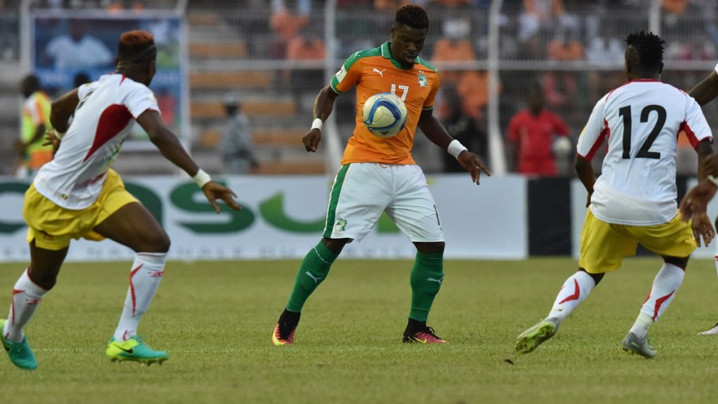 Ivory Coast's Serge Aurier vies with Mali's Moussa Doumbia (R) and Youssouf Kone (L) during the FIFA World Cup 2018 football qualification match between Ivory Coast and Mali at the stade de la Paix in Bouake on October 8, 2016. / AFP PHOTO / ISSOUF SANOGO