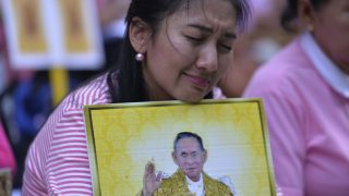 Supporters of Thailand's King Bhumibol Adulyadej react as they pray at Siriraj Hospital, where the king is being treated in Bangkok on October 13, 2016.  Well-wishers kept up their vigil outside a Bangkok hospital on October 13, offering prayers for ailing King Bhumibol Adulyadej as Thailand faces the prospect of losing its figure of unity in a deeply polarized nation. / AFP PHOTO / MUNIR UZ ZAMAN