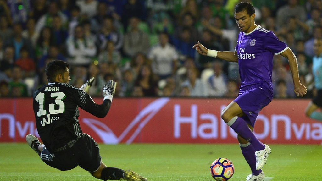 Real Madrid's Portuguese defender Pepe (R) vies with Betis' goalkeeper Antonio Adan during the Spanish league football match Real Betis vs Real Madrid CF at the Benito Villamarin stadium in Sevilla on October 15, 2016. / AFP PHOTO / CRISTINA QUICLER