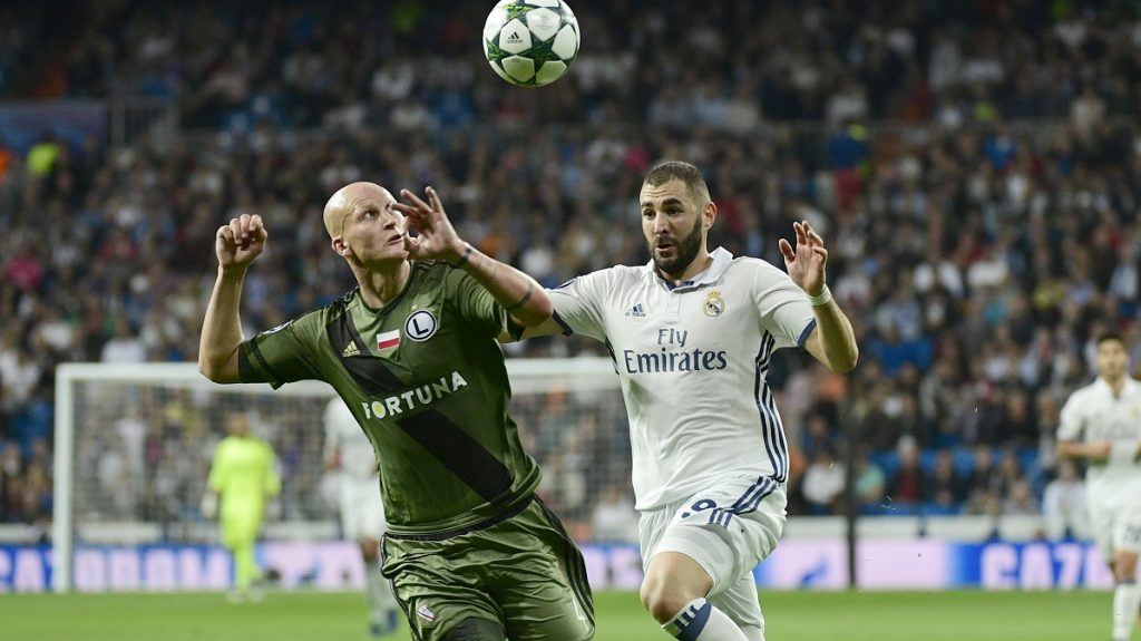 Real Madrid's French forward Karim Benzema (R) vies with Legia Warszawa's defender Jakub Czerwinski during the UEFA Champions League football match Real Madrid CF vs Legia  Legia Warszawa at the Santiago Bernabeu stadium in Madrid on October 18, 2016. / AFP PHOTO / PIERRE-PHILIPPE MARCOU