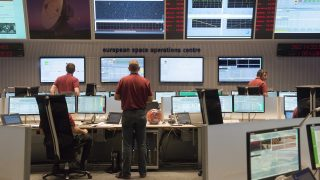 Engineers stand in the main control room of the European Space Agency (ESA) prior to the expected landing of the decent modul Schiaparelli of European-Russian ExoMars 2016 mission at the ESA space operation center (ESOC) in Darmstadt, Germany, on October 19, 2016. The ExoMars 2016 mission has entered the orbit around the Red Planet and the landing unit Schiaparelli will descend to the surface of Mars. / AFP PHOTO / THOMAS KIENZLE