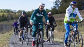 Felsõszölnök, 2016. október 5. Áder János köztársasági elnök (k) és Borut Pahor szlovén államfõ (j) kerékpározik a szlovéniai Dolány (Dolenci) határában 2016. október 5-én. MTI Fotó: Varga György