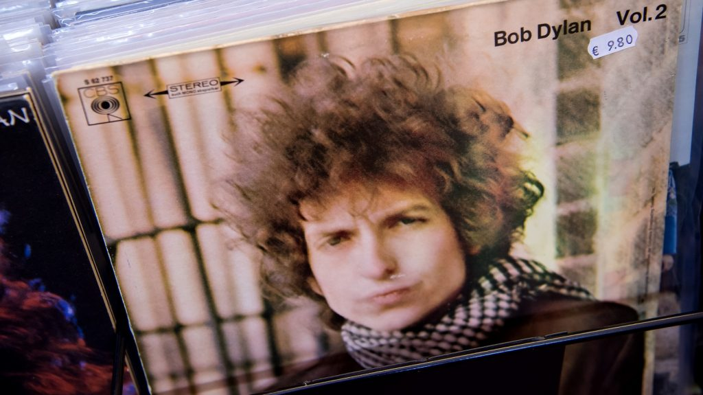 The record 'Blonde on Blonde' by Bob Dylan lies in a record store in Munich, Germany, 13 October 2016. Dylan has won the Nobel Prize for Literature 2016. PHOTO: SVEN HOPPE/dpa