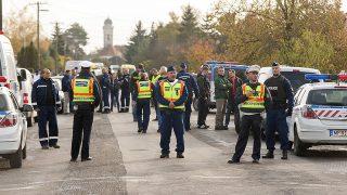 Bőny, 2016. október 26.Rendőri készültség Bőny főutcájában, a Szabadság úton 2016. október 26-án. Sajtóinformációk szerint lövöldözés volt az utcában.MTI Fotó: Krizsán Csaba