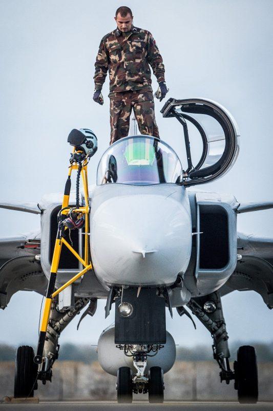 Kecskemét, 2016. október 25. Egy JAS 39 Gripen típusú vadászrepülõgép éjszakai kiképzõ repülés elõtt az MH 59. Szentgyörgyi Dezsõ Repülõbázison, Kecskeméten 2016. október 25-én. Az éves kiképzési tervnek megfelelõen október 18. és 28. között éjszakai repüléseket hajtanak végre a pilóták. MTI Fotó: Ujvári Sándor