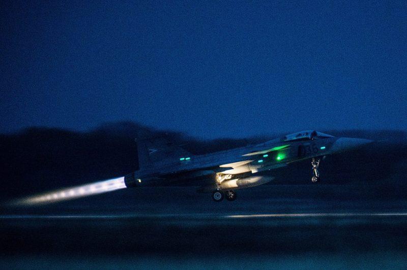 Kecskemét, 2016. október 25. Egy JAS 39 Gripen típusú vadászrepülõgép éjszakai kiképzõ repülésen az MH 59. Szentgyörgyi Dezsõ Repülõbázison, Kecskeméten 2016. október 25-én. Az éves kiképzési tervnek megfelelõen október 18. és 28. között éjszakai repüléseket hajtanak végre a pilóták. MTI Fotó: Ujvári Sándor