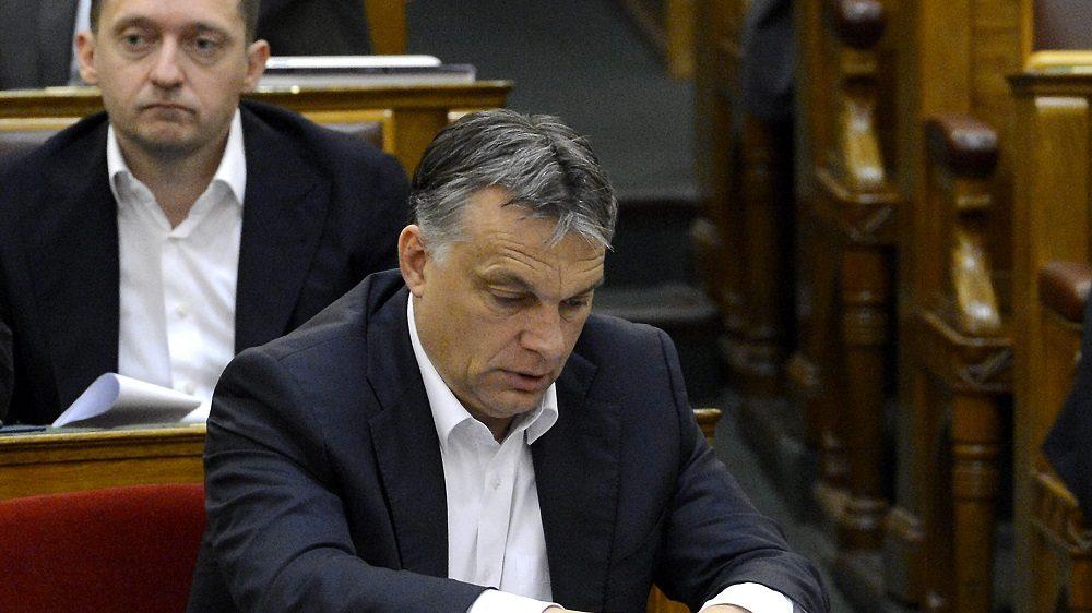 Budapest, 2015. június 16. Orbán Viktor miniszterelnök (j) és Rogán Antal, a Fidesz frakcióvezetõje az adózással összefüggõ egyes törvények módosításáról szóló javaslat végszavazásán az Országgyûlés plenáris ülésén 2015. június 16-án. A jövõ évi adótörvényeket 133 igen szavazattal, 39 nem ellenében fogadta el a parlament. MTI Fotó: Soós Lajos