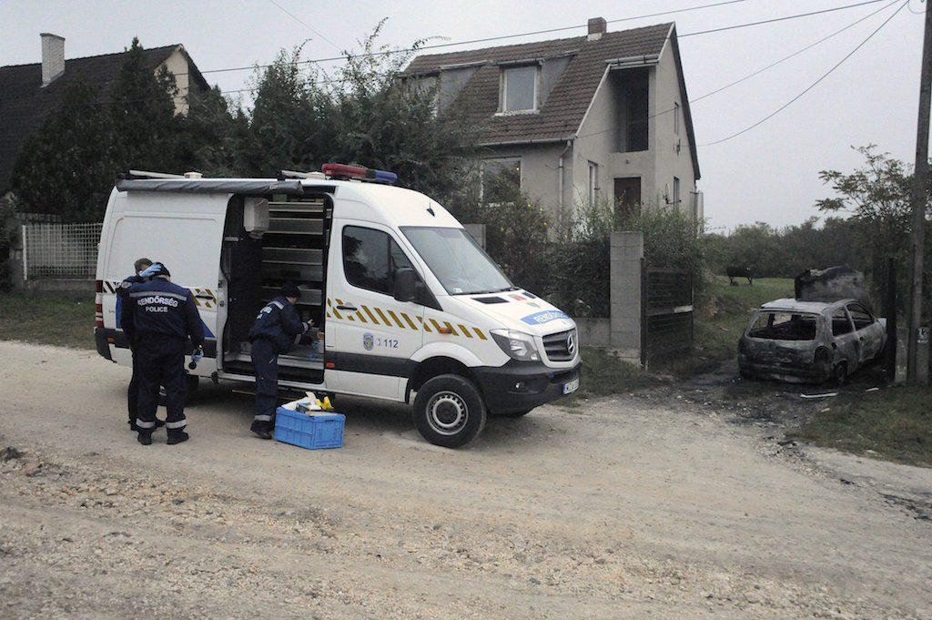 Érd, 2016. október 17. Rendőrök helyszínelnek egy érdi családi háznál 2016. október 17-én. A házba gyúlékony anyagot dobtak, a tűzben nem sérült meg senki. A ház előtti utcarészen parkoló személyautó kiégett. MTI Fotó: Mihádák Zoltán