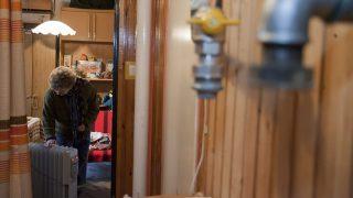 Szombathely, 2012. január 31.Nemesi Gáborné elektromos olajradiátornál melegszik a konyhában a szombathelyi Szűrcsapó utca 24.-es számú házban, ahol 2012. január 28-án gázszivárgás miatt el kellett zárni a gázt, majd kiköltöztették a lakókat. A kilencemeletes épületben csaknem kétszázan maradtak fűtés és meleg víz nélkül. A gázmű szakemberei megkezdték a gázórák leszerelését és a hibás csőelemek cseréjét. Néhány lakó maradt az épületben, ők árammal próbálnak fűteni.MTI Fotó: Varga György