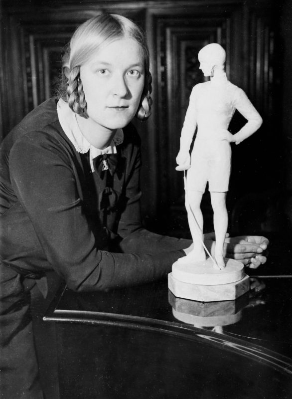 German fencer (Olympic champion in Amsterdam 1928) Helene Mayer (1910-1953) with a statue of her created by sculptor Lilli Finzelberg. 1937. Photograph. (Photo by Imagno/Getty Images) Die deutsche Fechterin (Olympiasiegerin in Amsterdam 1928) Helene Mayer (19101953)  mit ihrer von der Bildhauerin Lilli Finzelberg geschaffenen Statue. 1937. Photographie.