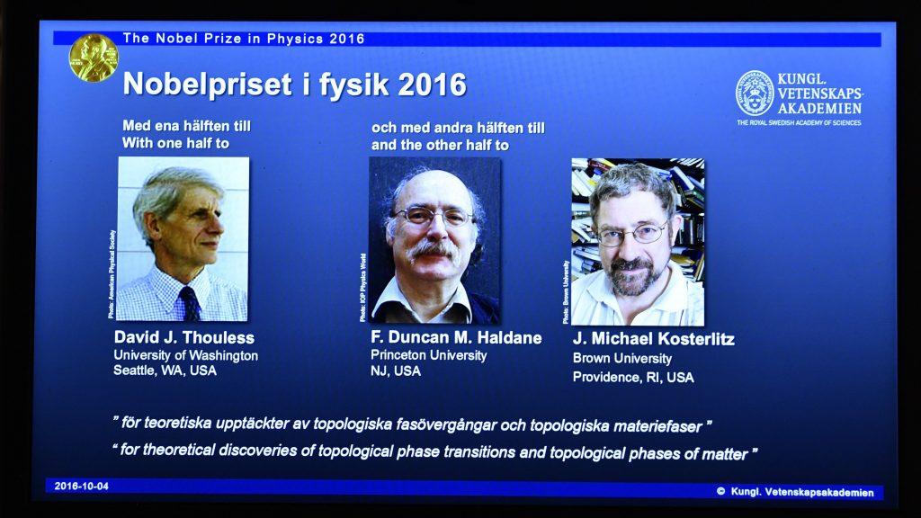 Stockholm, 2016. október 4. David Thouless, Duncan Haldane és Michael Kosterlitz brit születésû tudósok (b-j) fényképe egy kivetítõn a stockholmi Nobel-fórumon 2016. október 4-én, miután bejelentették, hogy az anyagkutatás terén elért elméleti eredményeikért õk nyerték el a fizikai Nobel-díjat. (MTI/AP/TT/Anders Wiklund)