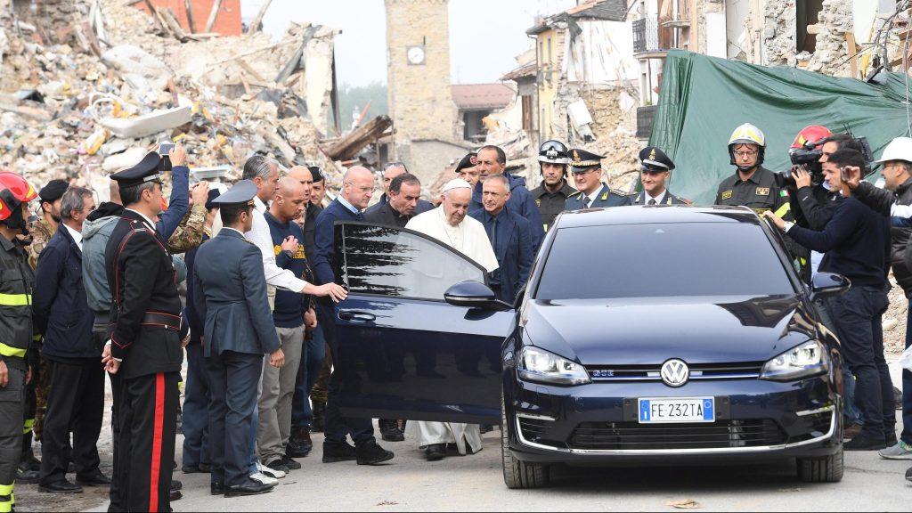 Amatrice, 2016. október 4. Ferenc pápa érkezik Amatrice központjába 2016. október 4-én. Az olasz településen okozta a legnagyobb pusztítást az augusztus 24-i 6,2-es erõsségû földrengés, amelyben mintegy 300 ember életét vesztette. (MTI/EPA/Alessandro Di Meo)