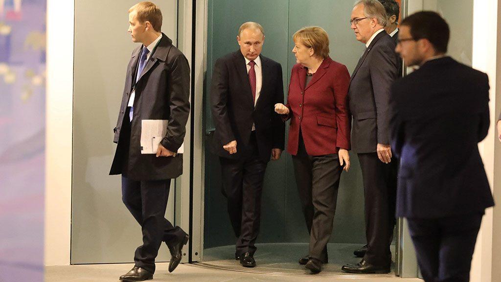 Berlin, 2016. október 19.Vlagyimir Putyin orosz elnök (b2) és Angela Merkel kancellár (b3) a Németország, Franciaország, Ukrajna és Oroszország alkotta normandiai négyek országcsoport csúcstalálkozójára érkezik, amelyet az ukrán válság politikai rendezését szolgáló minszki megállapodások végrehajtásának előmozdításáról tartanak a berlini kancellári hivatalban 2016. október 19-én. (MTI/EPA/Michael Kappeler)