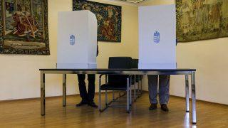 Beregszász, 2016. október 2.Szavazók a beregszászi magyar konzulátuson kialakított szavazóhelyiségben Kárpátalján a kvótareferendum napján, 2016. október 2-án. A népszavazást a nem magyar állampolgárok Magyarországra történő kötelező betelepítésével kapcsolatban írták ki.MTI Fotó: Nemes János