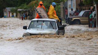 Léogane, 2016. október 6. Helyiek gázolnak a vízben a Matthew névre keresztelt trópusi vihar miatt elöntött utcák egyikén a Haiti délnyugati részén fekvõ Léoganéban 2016. október 5-én. Eddig legkevesebb 26 halálos áldozatot követelt és súlyos károkat okozott a Karib-tengeri térségben a hurrikán, amely helyi idõ szerint október 6-án este éri el Florida keleti partjait. (MTI/EPA/Orlando Barria)