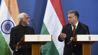 Budapest, 2016. október 16. Hamid Ansari, az Indiai Köztársaság alelnöke (b) és Orbán Viktor miniszterelnök megbeszélésüket követõen sajtónyilatkozatot tesznek az Országház Delegációs termében 2016. október 16-án. MTI Fotó: Bruzák Noémi
