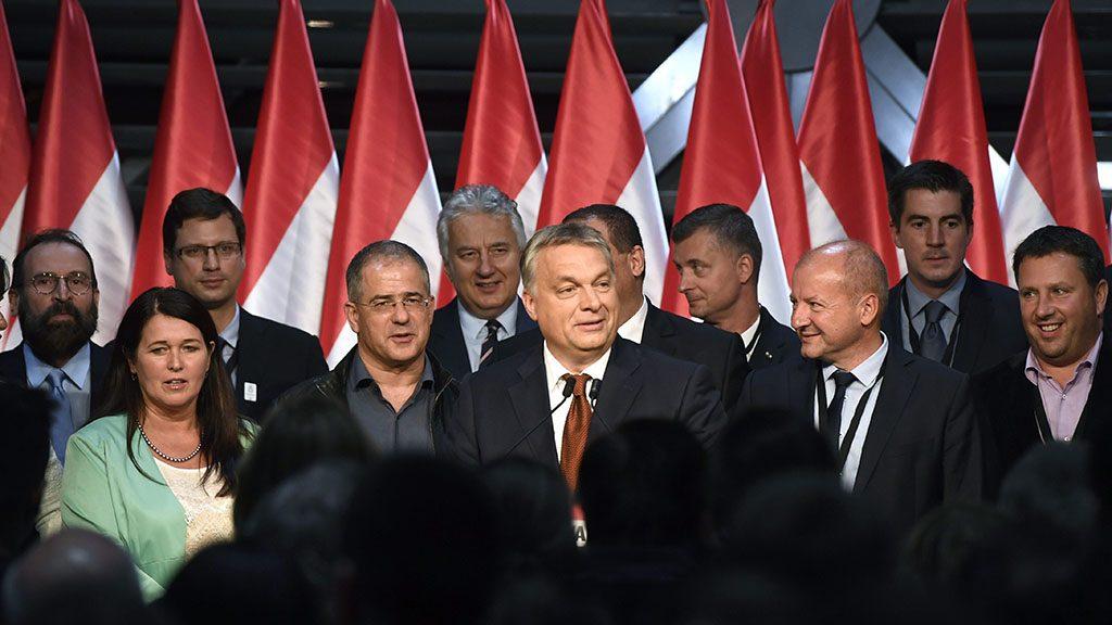 Budapest, 2016. október 2.Orbán Viktor miniszterelnök (középen) beszédet mond a Fidesz-KDNP eredményváró rendezvényén a Bálna Budapest rendezvényközpontban a kvótareferendum napján, 2016. október 2-án. A népszavazást a nem magyar állampolgárok Magyarországra történő kötelező betelepítésével kapcsolatban írták ki. A kormányfő mögött Szájer József fideszes európai parlamenti (EP-) képviselő, Pelczné Gáll Ildikó, az Európai Parlament (EP) néppárti alelnöke, Gulyás Gergely, az Országgyűlés törvényalkotásért felelős fideszes alelnöke, Kósa Lajos, a Fidesz parlamenti frakcióvezetője, Semjén Zsolt nemzetpolitikáért felelős miniszterelnök-helyettes, Kubatov Gábor, a Fidesz alelnöke, a párt országos pártigazgatója, Simicskó István honvédelmi miniszter, Kocsis Máté, a VIII. kerület fideszes polgármestere és Láng Zsolt, a II. kerület fideszes polgármestere (b-j).MTI Fotó: Koszticsák Szilárd