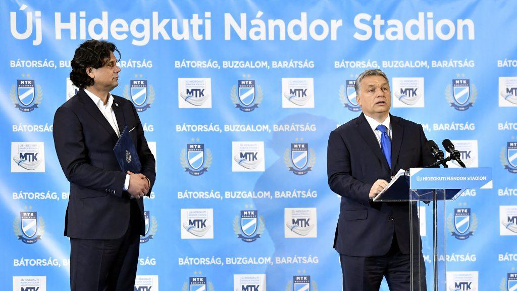 Budapest, 2016. október 13. Orbán Viktor miniszterelnök (j) beszédet mond az új Hidegkuti Nándor Stadion megnyitóünnepségén 2016. október 13-án. Balról Deutsch Tamás, az MTK elnöke. MTI Fotó: Illyés Tibor