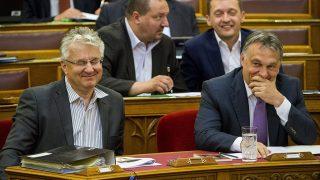 Budapest, 2015. június 22.Orbán Viktor miniszterelnök (j) és Semjén Zsolt nemzetpolitikáért felelős miniszterelnök-helyettes (b) az Országgyűlés plenáris ülésén 2015. június 22-én. A második sorban Németh Szilárd, a Fidesz képviselője (b) és Rogán Antal, a Fidesz frakcióvezetője.MTI Fotó: Illyés Tibor