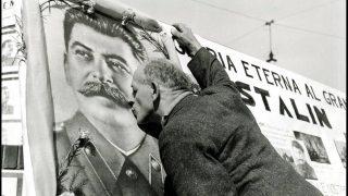 Milan 06/03/1953, un homme embrasse le portrait du leader sovietique Josef Staline au moment de sa mort. Photographie ©Farabola/Leemage