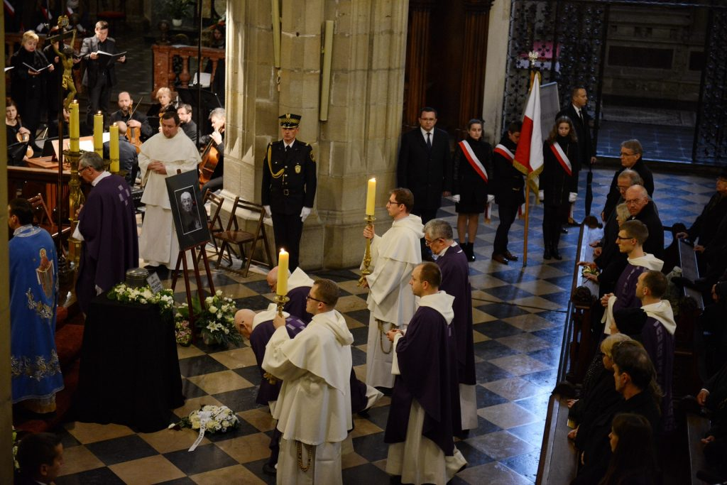 A priest conducts a funeral mass for Polish film director Andrzej Wajda's in Church of The Holy Trinity and Dominican Monastery in Krakow on October 19, 2016. Wajda died on October 9 at 90.  / AFP PHOTO / Bartosz Siedlik