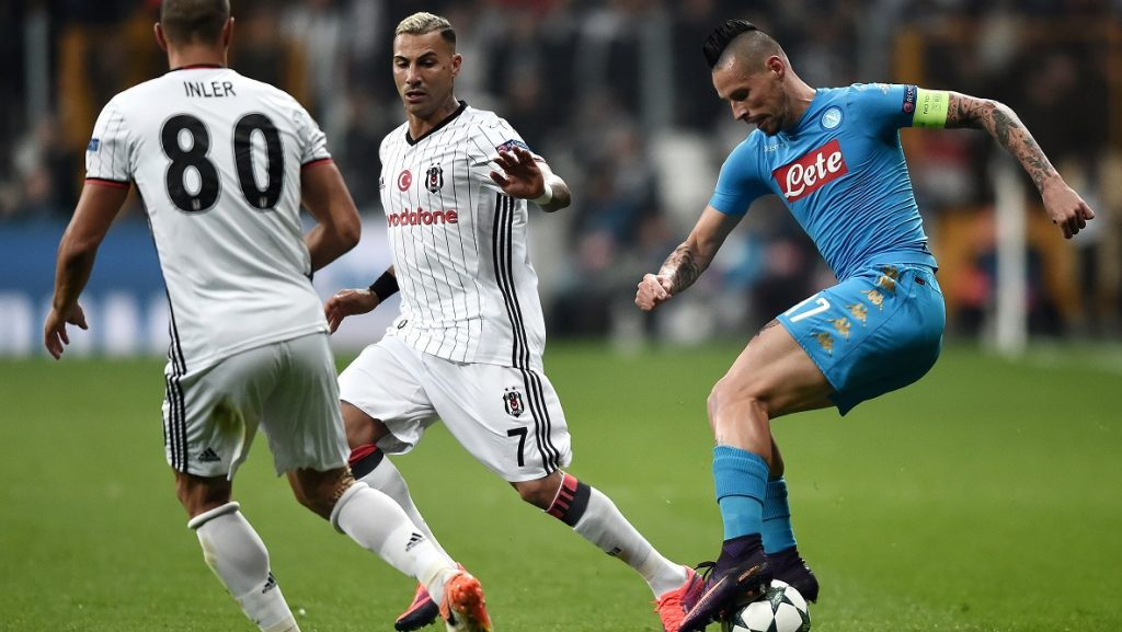 Napoli's Slovak midfielder Marek Hamsik (R) vies for the ball with Besiktas' Portuguese midfielder Ricardo Queresma (C) and Swiss midfielder Gokhan Inler (L) during the UEFA Champions League football match between Besiktas and Napoli at the Vodafone Arena Stadium on November 1, 2016 in Istanbul.   / AFP PHOTO / OZAN KOSE