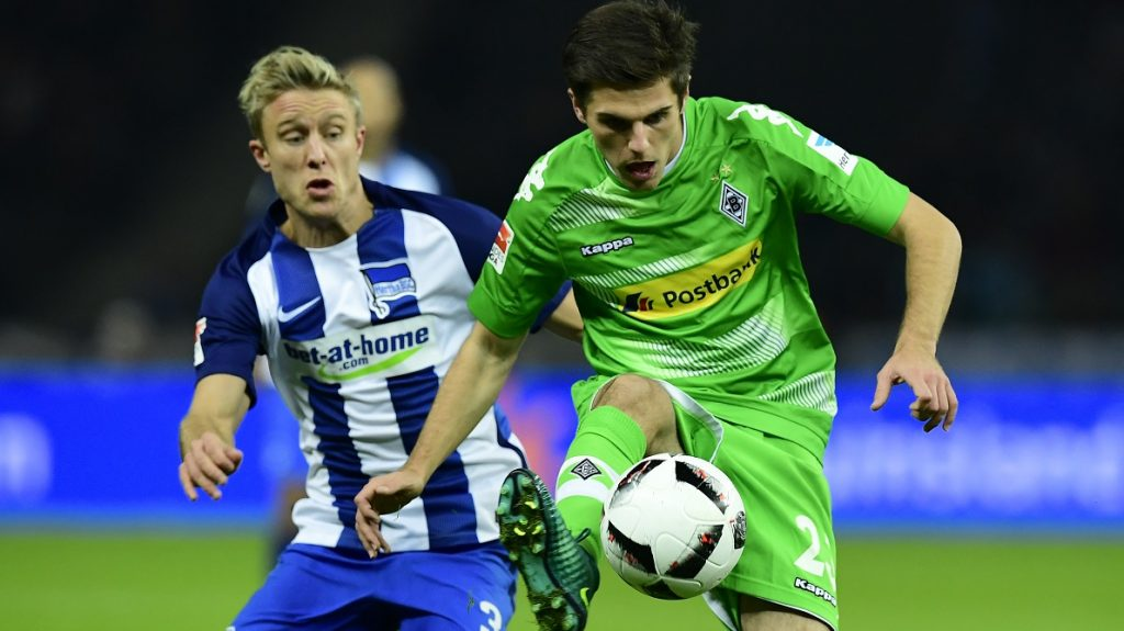 Hertha Berlin's Norwegian midfielder Per Skjelbred (L) and Moenchengladbach's midfielder Jonas Hofmann vie for the ball during the German first division Bundesliga football match between Hertha BSC Berlin and Borussia Moenchengladbach in Berlin on November 4, 2016. / AFP PHOTO / TOBIAS SCHWARZ / RESTRICTIONS: DURING MATCH TIME: DFL RULES TO LIMIT THE ONLINE USAGE TO 15 PICTURES PER MATCH AND FORBID IMAGE SEQUENCES TO SIMULATE VIDEO. == RESTRICTED TO EDITORIAL USE == FOR FURTHER QUERIES PLEASE CONTACT DFL DIRECTLY AT + 49 69 650050
