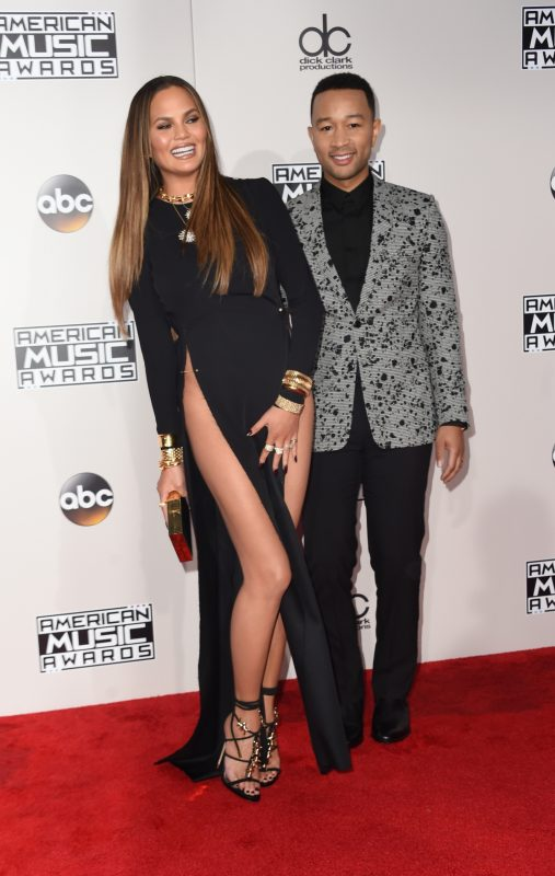 Chrissy Teigen and John Legend (R) arrive for the 2016 American Music Awards, November 20, 2016 at the Microsoft Theater in Los Angeles, California. / AFP PHOTO / Valerie Macon