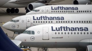 (FILES) This file photo taken on November 11, 2015 shows planes of German airline Lufthansa being parked at the airport in Frankfurt am Main, western Germany.  The Cockpit Union trade union will call a strike on November 22, 2016 over wages dispute.   / AFP PHOTO / DPA / BORIS ROESSLER