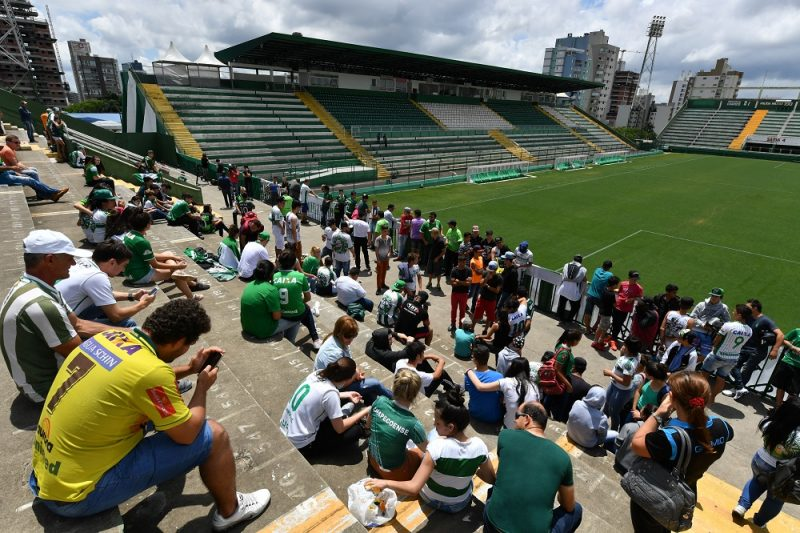 People pay tribute to the players of Brazilian team Chapecoense Real who were killed in a plane accident in the Colombian mountains, at the club's Arena Conda stadium in Chapeco, in the southern Brazilian state of Santa Catarina, on November 29, 2016. Players of the Chapecoense were among 81 people on board the doomed flight that crashed into mountains in northwestern Colombia, in which officials said just six people were thought to have survived, including three of the players. Chapecoense had risen from obscurity to make it to the Copa Sudamericana finals scheduled for Wednesday against Atletico Nacional of Colombia.  / AFP PHOTO / Nelson ALMEIDA