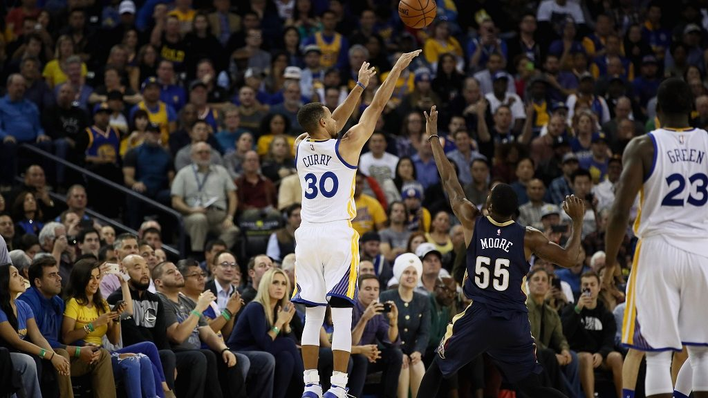 OAKLAND, CA - NOVEMBER 07: Stephen Curry #30 of the Golden State Warriors shoots a three-point basket over E'Twaun Moore #55 of the New Orleans Pelicans at ORACLE Arena on November 7, 2016 in Oakland, California. NOTE TO USER: User expressly acknowledges and agrees that, by downloading and or using this photograph, User is consenting to the terms and conditions of the Getty Images License Agreement.   Ezra Shaw/Getty Images/AFP
