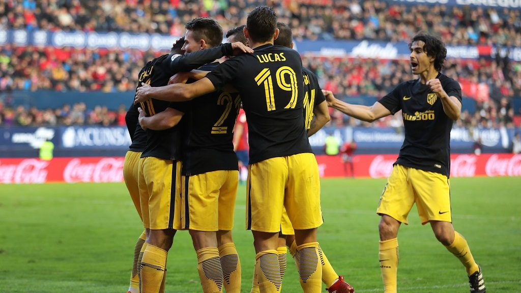 Atletico Madrid's French forward Kevin Gameiro (2L) celebrates with teammates during the Spanish league football match CA Osasuna vs Club Atletico de Madrid at El Sadar stadium in Pamplona, on November 27, 2016. / AFP PHOTO / CESAR MANSO