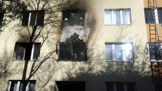 Budapest, 2016. november 28. Tûzoltók dolgoznak egy panelház egyik elsõ emeleti lakásába keletkezett tûz oltásán a XI. kerületi Fehérvári úton 2016. november 28-án. A lakás teljes terjedelmében égett. A tûz továbbterjedését sikerült megakadályozni.  Az épületet kiürítették, tizenöt embernek kellett elhagynia otthonát. A mentõk egy embert súlyos sérüléssel, négyet megfigyelésre vittek kórházba. MTI Fotó: Mihádák Zoltán