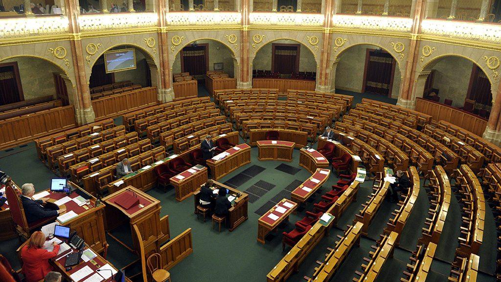 Budapest, 2016. november 11.Tállai András, a Nemzetgazdasági Minisztérium parlamenti és adóügyekért felelős államtitkára expozét tart az egyes adótörvények és más kapcsolódó törvények módosításáról szóló javaslat vitájában az Országgyűlés plenáris ülésén 2016. november 11-én.MTI Fotó: Kovács Attila