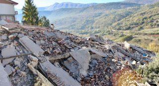 L'Aquila, 2016. október 30. Egy összedõlt épület romjai a közép-olaszországi L'Aquilában 2016. október 30-án, miután a reggeli órákban Richter skála szerinti 6,5-ös erõsségû földrengés rázta meg a térséget. A földmozgás miatt súlyos károk keletkeztek, többtucatnyian megsérültek, halálos áldozatról azonban egyelõre nem érkezett jelentés. Október 26-án három nagy erejû földrengés pusztított Olaszország középsõ régiójában. (MTI/EPA/Claudio Lattanzio)