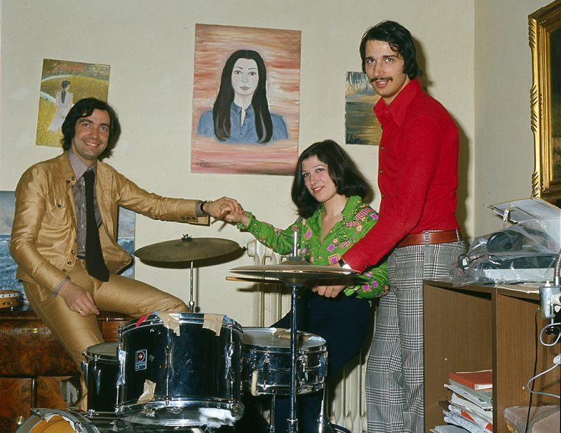 Italian singer-songwriter, composer and musician Maurizio De Angelis and his brother and Italian singer-songwriter, composer and musician Guido De Angelis holding by the hand his sister Emma, seated at drums. The two brothers created the duo Oliver Onions and they composed many soundtracks. Italy, 1973 (Photo by Giorgio Ambrosi/Mondadori Portfolio via Getty Images)