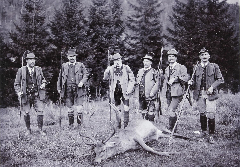 Ferenc József kedvenc hobbija, vadászás közben. Itt épp Mitterweissenbachban (Bad Ischlnél), 1912-ben. Forrás: Josef Pollanschatz / Ebensee. (Fotó: Austrian Archives/Imagno/Getty Images)
