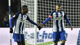 Berlin's Bosnian forward Vedad Ibisevic celebrates with Berlin's Ivorian forward Salomon Armand Kalou (L) after scoring the 1-1 goal during the German first division Bundesliga football match between Hertha BSC and 1 FSV Mainz 05, at the Oympic stadium in Berlin, on November 27, 2016. / AFP PHOTO / John MACDOUGALL / RESTRICTIONS: DURING MATCH TIME: DFL RULES TO LIMIT THE ONLINE USAGE TO 15 PICTURES PER MATCH AND FORBID IMAGE SEQUENCES TO SIMULATE VIDEO. == RESTRICTED TO EDITORIAL USE == FOR FURTHER QUERIES PLEASE CONTACT DFL DIRECTLY AT + 49 69 650050