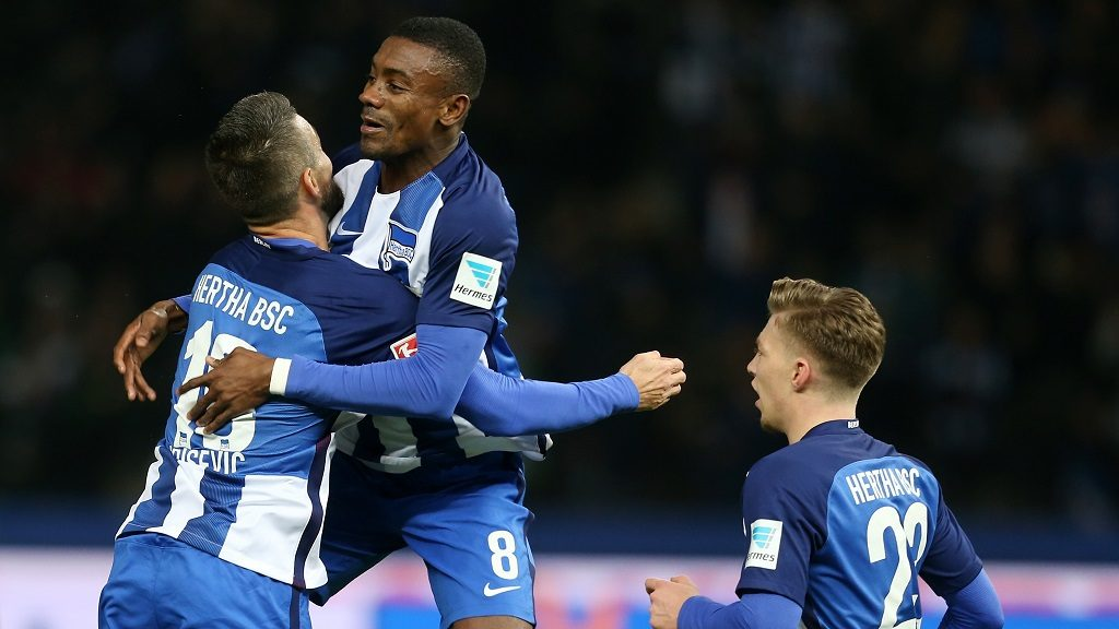 BERLIN, GERMANY - NOVEMBER 04:  OVEMBER 04:  Salomon Kalou (C) of Berlin jubilates with team mate Vedad Ibisevic after scoring the first goal during the Bundesliga match between Hertha BSC and Borussia Moenchengladbach at Olympiastadion on November 4, 2016 in Berlin, Germany.  (Photo by Matthias Kern/Bongarts/Getty Images)