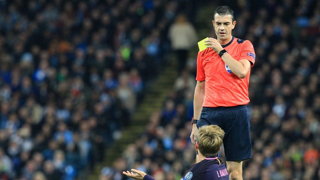 MANCHESTER, UNITED KINGDOM - NOVEMBER 01: Referee Viktor Kassai gives FC Barcelona's midfielder Ivan Rakitic (bottom right) a yellow warning card for his foul on Manchester City's midfielder Ilkay Gündogan during the Champions League Group C stage soccer match between Manchester City FC and FC Barcelona at the Etihad stadium in Manchester, United Kingdom on November 01, 2016. Lindsey Parnaby / Anadolu Agency